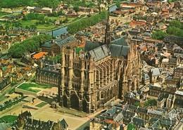 80 Amiens La Cathédrale Vu Du Ciel Par Alain Perceval (2 Scans) - Amiens