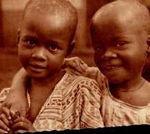 CAMEROUN...PETITES JUMELLES ORPHELINES RECUEILLIES PAR LA MISSION D'OMVAN ..CPSM GRAND FORMAT ANIMEE - Camerún