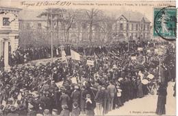 BAC19- TROYES DANS L'AUBE  MANIFESTATION DES VIGNERONS  LE DEFILE   CPA  CIRCULEE - Troyes