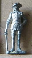MONDOSORPRESA, (SLDN°16) KINDER FERRERO, SOLDATINI IN METALLO  MOSCHETTIERI  1670 N°2 K93 N° 137 40 MM - Figurine In Metallo