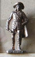 MONDOSORPRESA, (SLDN°17) KINDER FERRERO, SOLDATINI IN METALLO  MOSCHETTIERI 1670 N° 4  RP 1482 PATENT 40MM - Figurine In Metallo