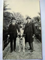 ITALIE - San Remo - Carte Photo - Couple Hommes Et Leur Chien Dans Jardin Public  - Photo Beckson , San Remo - Autres