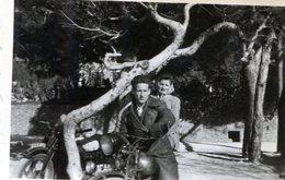 Photo D'un Couple Sur Une Moto Et Une Autre Moto Contre Un Arbre - Anonymous Persons