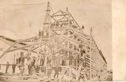 Construction. CPA Photo. Ouvriers Travaillant Sur L'ossature D'une Grande Maison.  Belle Charpente, - Artisanat