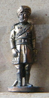 MONDOSORPRESA, (SLDN°43) KINDER FERRERO, SOLDATINI IN METALLO INGLESI INDIANI 1900 - 35 MM - H46 - Figurines En Métal