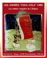 "SUPER PIN'S COCA-COLA : De La Série Des ""ANNEES COC-COLA"" 1980 Conquette De L'ESPACE, (c)1985 Wilson Marketing 2,5X2,8 - Coca-Cola"