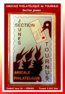 SUPER PIN'S SOCIETE  PHILATELIQUE : Amicale De TOURNUS En Saône Et Loire, SECTION JEUNE, Visuel TIMBRE 2,9X1,9cm - Associations
