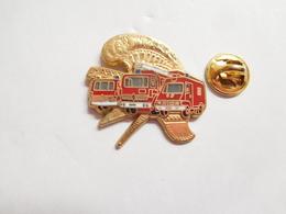 Beau Pin's En Zamac , Sapeurs Pompiers De Paris , Camion Renault , Signé Ballard - Firemen
