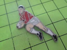 1015a  Pin's Pins / Beau Et Rare : THEME : SPORTS / JOUEUR DE RUGBY Belle Qualité - Rugby