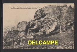 DD / 24 DORDIGNE / LES EYZIES / ANCIENNES HABITATIONS DANS LES ROCHERS / SITE PRÉHISTORIQUE - France