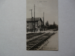 CPA 51 MARNE - ATHIS : Scène Animée - La Gare Et Le Passage à Niveau - Francia