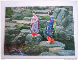Japan Japon Maiko Or Dancing Girls Of The Traditional Japan Are Seen Feeding Carps Circulée Used 1988 - Japon