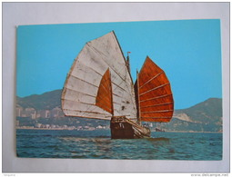 Hong Kong Chinese Junk With The Background Of Modern Buildings Being The Tourist Centre In Kowloon Bateau - Chine (Hong Kong)