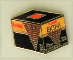 S131 Pin's Photo Photographie Kodak Ektar Qualité Egf Achat Immediat - Photographie