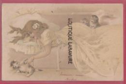 FEMME Couchée S'amusant Avec Des Petits Chats--Art Déco--precurseur - 1900-1949