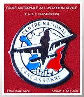 SUPER PIN'S AVIATION : ECOLE NATIONALE De L'AVIATION CIVILE, E.N.A.C. CARCASSONNE, émail Base Noire, 1,5X1,3cm - Avions