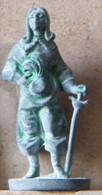 MONDOSORPRESA, (SLDN°48) KINDER FERRERO, SOLDATINI IN METALLO MOSCHETTIERI, E27 - 35MM - Figurines En Métal