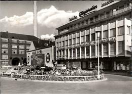 ! 1966 S/w Ansichtskarte Rüsselsheim, Bahnhofsplatz, Werbung Adam Opel, Autos, Cars, VW Käfer - Ruesselsheim