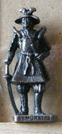 MONDOSORPRESA, (SLDN°71) KINDER FERRERO, SOLDATINI IN METALLO SAMURAI  3 GIAPPONESI 1600 - SCAME 40 MM BRUNITO - Metal Figurines