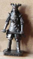 MONDOSORPRESA, (SLDN°72) KINDER FERRERO, SOLDATINI IN METALLO SAMURAI  2 GIAPPONESI 1600 - SCAME 40 MM BRUNITO - Figurines En Métal