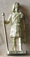 MONDOSORPRESA, (SLDN°78) KINDER FERRERO, SOLDATINI IN METALLO SCOZZESI 1743 N° 4 DORATO SCAME 40 MM - Figurines En Métal