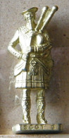 MONDOSORPRESA, (SLDN°79) KINDER FERRERO, SOLDATINI IN METALLO SCOZZESI 1743 N° 3 DORATO SCAME 40 MM - Figurines En Métal