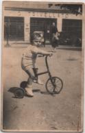 Fotografia Cm. 8,5 X 13,5 Con Bambino Su Triciclo. Retro: 28.04.1947 - Persone Anonimi