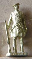 MONDOSORPRESA, (SLDN°81) KINDER FERRERO, SOLDATINI IN METALLO SCOZZESI 1743 N° 2 DORATO SCAME 40 MM - Figurines En Métal