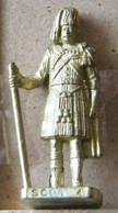 MONDOSORPRESA, (SLDN°82) KINDER FERRERO, SOLDATINI IN METALLO SCOZZESI 1743 N° 4 DORATO SCAME 40 MM - Metal Figurines