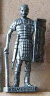 MONDOSORPRESA, (SLDN°94) KINDER FERRERO, SOLDATINI IN METALLO ROMANI 100/300 N° 4 SCAME VECCHIO ARGENTO - Figurines En Métal