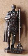 MONDOSORPRESA, (SLDN°100) KINDER FERRERO, SOLDATINI IN METALLO ROMANI 100/300 N° 2 SCAME BRUNITO - Figurines En Métal