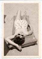 Photo Originale , Femmes Allongées En Maillot De Bain Sur La Plage , Dim. 6.0 X 9.0 Cm - Personas Anónimos