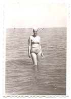 Photo Originale , Femme, En Maillot De Bain En Mer, Dim. 6.0 X 9.0 Cm - Personas Anónimos