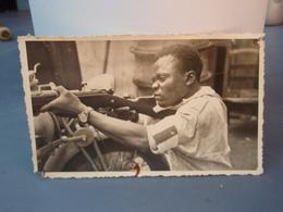 Photo Ancienne, Personne Tirant Au Fusil Appuyé Sur Guidon Moto - Guerra, Militari