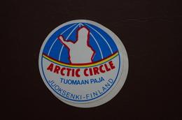 6-177 Autocollant Arctic Circle Cercle Polaire Finlande Juoksenki Tuomaan Paja Mesure D'Arc Meridien - Events & Commemorations