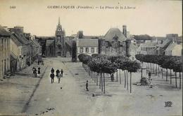 C.P.A. - FR. - [29] Finistère > Guerlesquin La Place De La Liberté Animée - TBE - Guerlesquin