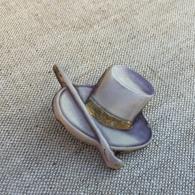 Ancienne Broche En Résine-plastique En Forme De Chapeau, Typique Année 60 - Brooches