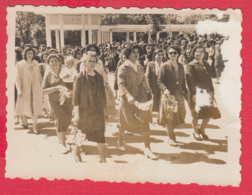 244809 / Hisarya - WOMEN FLOWERS - 1961 Parade May 1 Labour Day  , Vintage Original Photo , Bulgaria Bulgarie Bulgarien - Personnes Anonymes