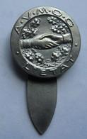 Broche A.V.M.O.G L'Etat (Association Des Veuves, Mutilés, Orphelins De Guerre) Diamètre 19 Mm Poignée De Mains - France