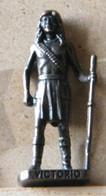MONDOSORPRESA, (SLDN°118) KINDER FERRERO, SOLDATINI IN METALLO INDIANI SECONDA SERIE, VICTORIO, 40 MM VECCHIO BRUNITO - Figurines En Métal