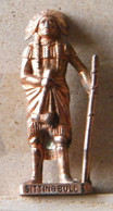 MONDOSORPRESA, (SLDN°124) KINDER FERRERO, SOLDATINI IN METALLO INDIANI PRIMA SERIE,SITTING BULL  40 MM RAME - Figurines En Métal