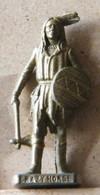 MONDOSORPRESA, (SLDN°125) KINDER FERRERO, SOLDATINI IN METALLO INDIANI PRIMA SERIE,CRAZY HORSE  40 MM FERRO - Figurines En Métal