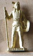 MONDOSORPRESA, (SLDN°127) KINDER FERRERO, SOLDATINI IN METALLO INDIANI SECONDA SERIE, LITTLE CROW, 40 MM DORATO - Figurine In Metallo