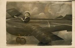 """Carte Photo Ancienne - Photo Montage - Surréalisme - Photographe - """" Enfant Dans Un Avion - Plane """" - Photographie - Fotografia"""
