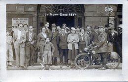 Carte Photo D'hommes Et De Femmes Souriant Avec Un Homme Sur Sa Moto  Au Mont-Doré En 1937 - Anonymous Persons