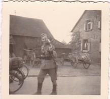 Foto Deutscher Soldat Mit Gewehr Auf Bauernhof - 2. WK - 5,5*5,5cm (42395) - Krieg, Militär