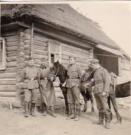 Foto Deutsche Soldaten Mit Pferden Vor Holzhaus - 2. WK - 5,5*5,5cm (42399) - Krieg, Militär