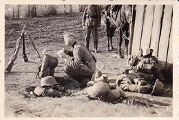 Foto Deutsche Soldaten Bei Der Rast - Gewehre Pferd Gepäck - 2. WK - 8*5,5cm (42400) - Krieg, Militär