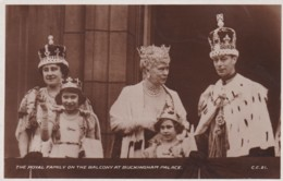 ROYAL FAMIY OF BALCONY AT BUCKINGHAM PALACE - Royal Families