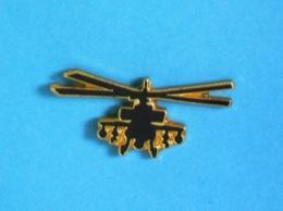 1 PIN'S //  ** HÉLICOPTÈRE D'ATTAQUE / BOEING AH-64 APACHE / US ARMY ** - Army